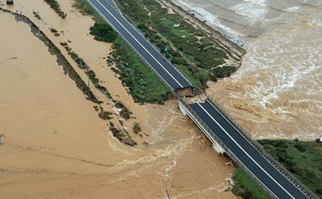 Deževje je poškodovalo most v bližini glavnega mesta Sardinije Cagliari. FOTO: AFP