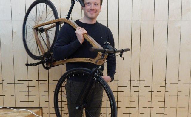 Na enem od Festivalov lesa se je predstavil tudi Janez Tratar z lesenim kolesom. Foto Simona Fajfar