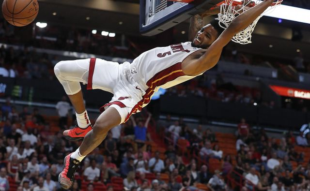 Derrick Jones Jr. in soigralci so zadevali kot za stavo. FOTO: Brynn Anderson/AP