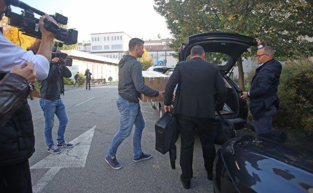Pri izvajanju hišnih preiskav sodeluje 41 preiskovalcev Nacionalnega preiskovalnega urada in 16 kriminalistov iz Maribora in Celja. FOTO: Tadej Regent/Delo