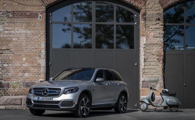 Oznaka EQ bo v prihodnje krasila najbolj ekološko naravnane mercedese, ki bodo na tak ali drugačen način elektrificirani. Zdaj je najbolj posebna izvedba športnega terenca GLC F-cell, ki je neke vrste električni avtomobil, saj dobiva energijo iz gorivnih celic (vodika) in baterije, ki se polni na zunanjem omrežju. FOTO: Daimler