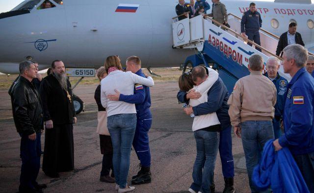 Nasa je objavila fotografijo sreče, ki je preplavila družine astronavta in kozmonavta, ki so si padli v objem na letališču Krajnij.FOTO:NASA/Bill Ingalls/AFP