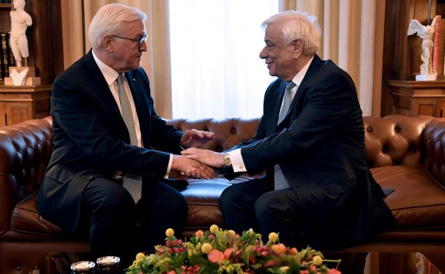 V ozadju srečanja nemškega predsednika Frank-Walter Steinmeier s grškim predsednikom Prokopisom Pavlopulosomje bilo slišati zahteve po milijardnih reparacijah za nemške zločine. Foto: Michalis Karagiannis/Reuters