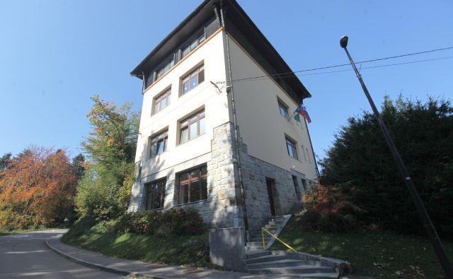 Podružnična šola na Črnem Vrhu nad Polhovim Gradcem je prava mala stolpnica. FOTO Mavric Pivk