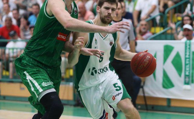 Paolo Marinelli (z žogo) je v derbiju blestel, Mirza Begić (levo) je skoraj neopazno prebil na parketu devet minut. FOTO: Jože Suhadolnik