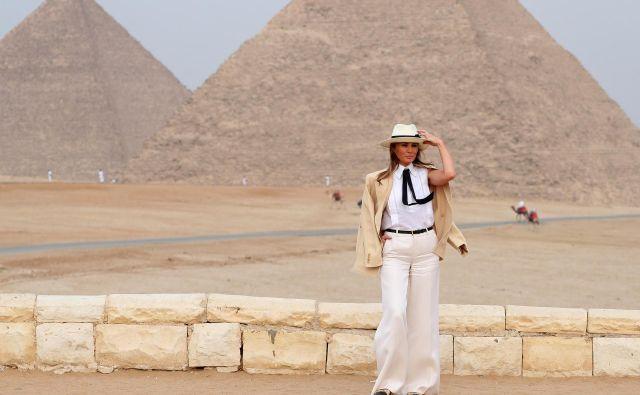 Melanii Trump so na družabnih omrežjih očitali, da je bila v Egiptu oblečena v kolonialnem slogu. FOTO: AP