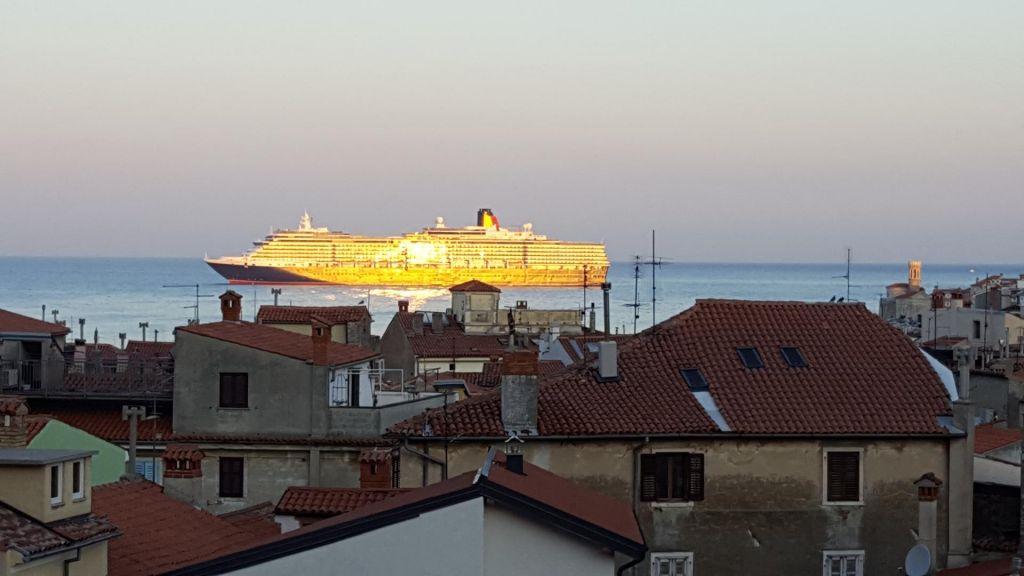 Queen Victoria - največja letos pred Piranom