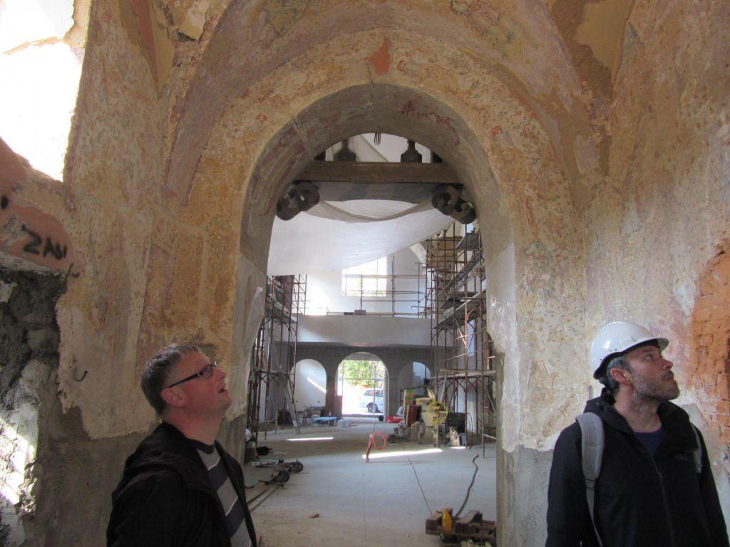 FOTO:Devica na jezeru skrivala 400 let stare freske