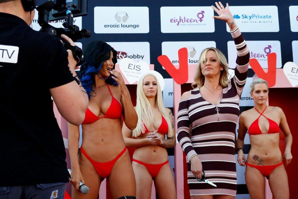 FOTO:Prišla, odprla erotični sejem in ostala oblečena (VIDEO in FOTO)
