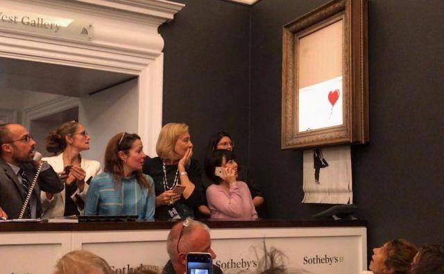 Trenutek po dražbi, na kateri je Banksyjevo <em>Deklico z balonom</em> doletel razrez. Fotografije Instagram