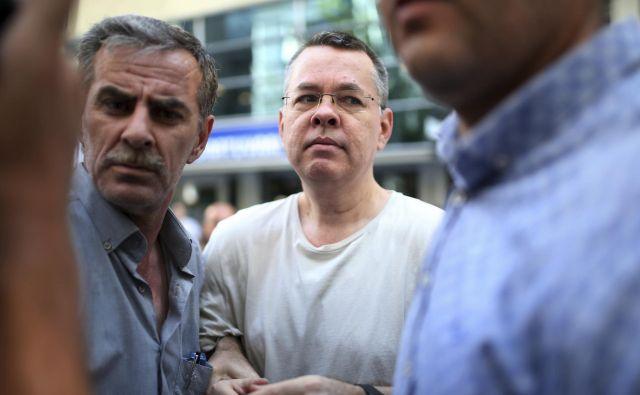 Andrew Brunson je bil eden izmed več tisoč civilistov, ki so jih turški organi aretirali po splodletelem poskusu državnega udara julija 2016. FOTO: AP Photo/Emre Tazegul
