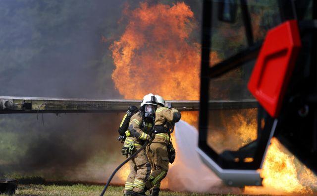 Poklicni gasilci v reševalni akciji na Ljubljanskem aerodromu. Reševalna akcija Zlomljeno krilo 2017 na letališču Ljubljana, 21. junij 2017 [reševanje, reševalci, letala, letališča, gasilci] Foto Matej Družnik