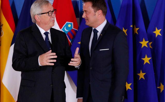 Luksemburški premier Xavier Bettel (desno) v družbi veliko bolj znanega rojaka, predsednika evropske komisije Jean-Clauda Junckerja. FOTO: Reuters