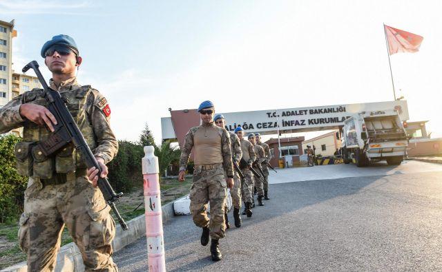 Turški policisti pred sodiščem Aliaga v Izmirju, kjer je potekalo sojenje izpuščenemu ameriškemu pridigarju Andrewu Brunsonu.<br /> FOTO: AFP