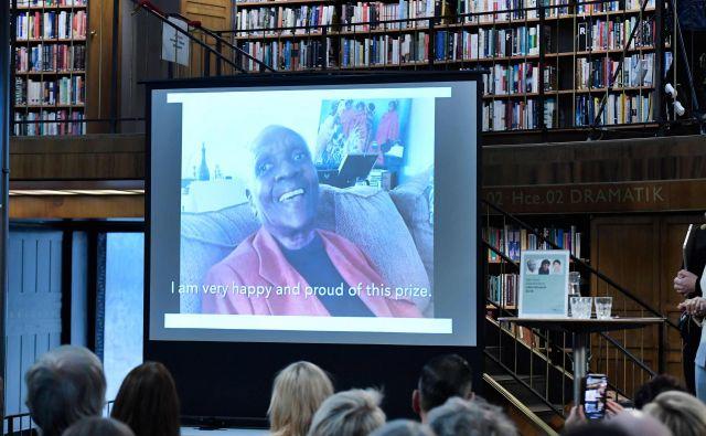 Nagrajenko so razglasili v stockholmski knjižnici, kar je bilo v osterem kontrastu z običajnimi razglasitvami v baročnem sijaju Švedske akademije. FOTO: AFP