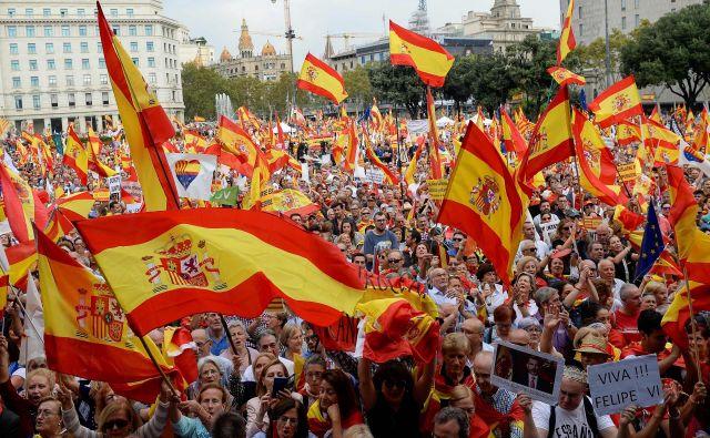 Po podatkih policije se je v Barceloni zbralo več kot 60.000 nasprotnikov neodvisnosti katalonije. FOTO: Josep Lago/AFP