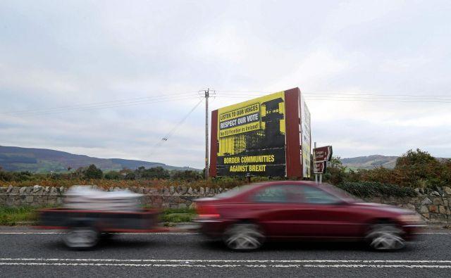 Ohranitev prostega pretoka ljudi in blaga skozi mejo med Irsko in Severno Irsko je za pogajalce ključen izziv, toda na voljo imajo omejen nabor rešitev. Foto AFP