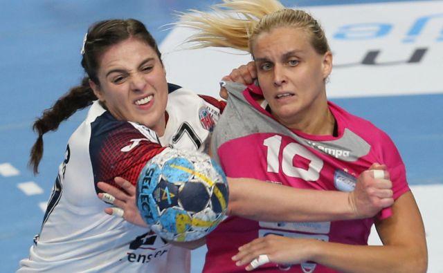 Hrvatica v Krimovem dresu Dora Krsnik (desno) se je pošteno ravsala s tekmicami, ki so bile v drugem polčasu povsem nemočne pred naleti Ljubljančank. FOTO: Tomi Lombar/Delo