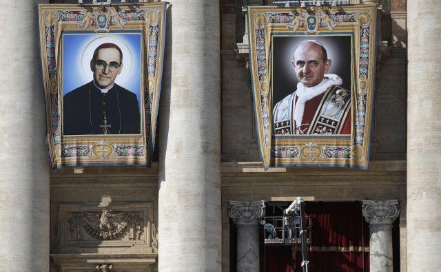 Papež je med obredom nosil pas, prekrit s krvjo, ki je pripadal Oscarju Romeru. FOTO:Alessandra Tarantino/Ap