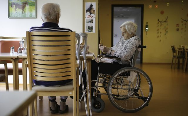 Pilotni projekt naj bi odgovoril tudi na vprašanje, koliko ljudi v državi je sploh upravičenih do dolgotrajne oskrbe. FOTO: Jože Suhadolnik/Delo