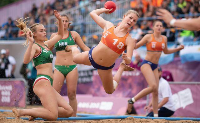 V Buenos Airesu potekajo olimpijske igre mladih. Na fotografiji sta se v rokometu na mivki pomerili reprezentanci Madžarske in Nizozemske. Foto Lukas Schulze Afp