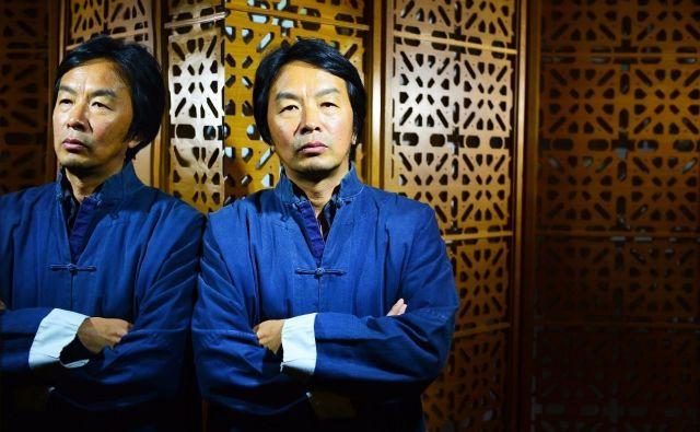 Liu Zhenyun, pisatelj, ki posluša FOTO: Promocijsko Gradivo