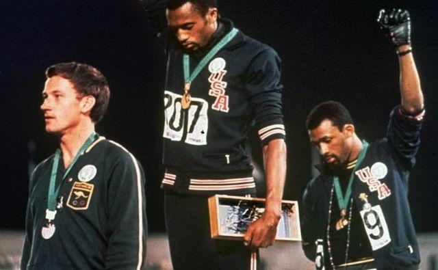Tommie Smith (v sredini) in John Carlos (desno) sta pred 50 leti dvignila roko, stisnjeno v pest. Zaničevan je bil tudi Avstralec Peter Norman, ker je nosil broško proti rasizmu. FOTO: AP