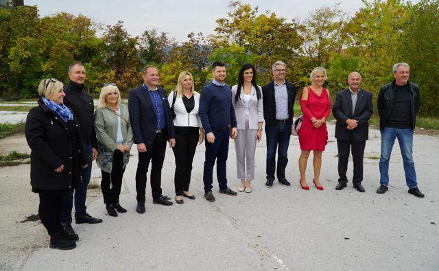 Vodstvo in del kandidatov celjske SMC za lokalne voliitve v MO Celje, v sredini kandidat SMC za župana Matevž Vuga, levo ob njem predsednica Lokalnega odbora SMC Celje Anita Ovčar, desno poslanka SMC v DZ Janja Sluga. FOTO: Brane Piano