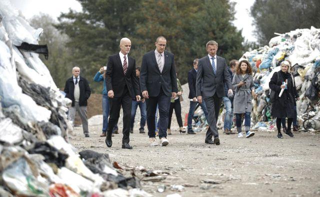 Kramžar, Leben in Sebastijan Zupanc, direktor zbornice komunalnega gospodarstva, med kupi plastičnih odpadkov na deponiji Barje. FOTO: Uroš Hočevar/Delo