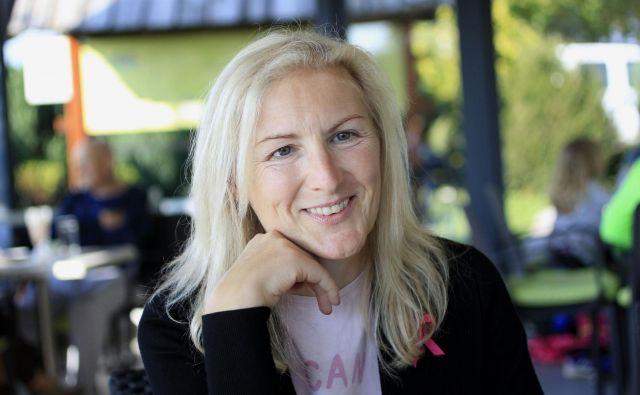 Mojstrančanka Petra Miklič, ki živi z razsejano boleznijo, je ženska za zgled. Po vsaki diagnozi se je pobrala. Ves čas sledi svojim ciljem. FOTO: Roman Šipić/Delo