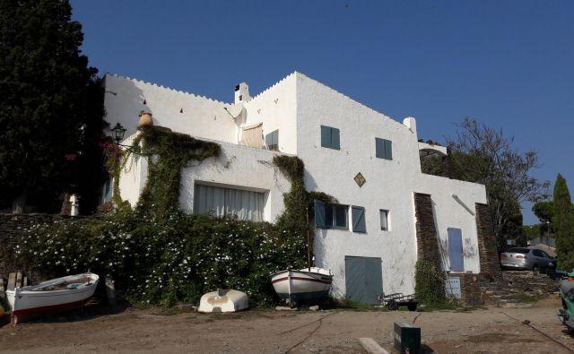 Salvador Dalí je hišo v zalivu Port Lligat predelal iz skromne ribiške koče, zanjo pa se je odločil zaradi barvite okolice, ki ga je pri ustvarjanju pomembno navdihovala. FOTO: Marko Jenšterle