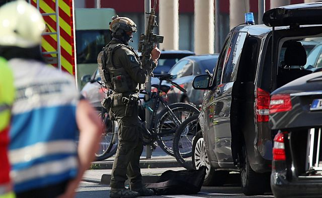 Ponedeljkov napad je izvedel Sirec, ki je bil zaradi tatvin, prevar in povzročanja osebnih poškodb star znanec policije. FOTO: Oliver Berg/AFP