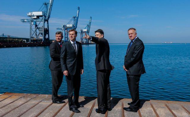 Premier Miro Cerar na obisku v Luki Koper poleti leta 2016 skupaj z direktorjem Luke Koper Dragomirjem Matićem ter ministroma Petrom Gašperšičem in Zdravkom Počivalškom.<br /> Foto STA