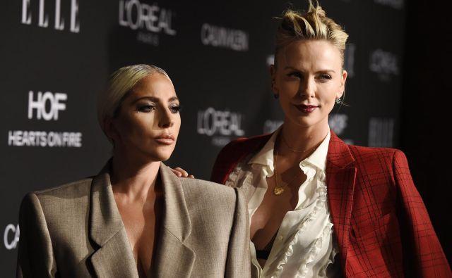 V Los Angelesu je že 25. zapored potekalo praznovanje žensk v Hollywoodu, ki ga organizira modna revija Elle. Na fotografiji sta pop diva Lady Gaga in igralka Charlize Theron. Foto Chris Pizzello Chris Pizzello/invision/ap