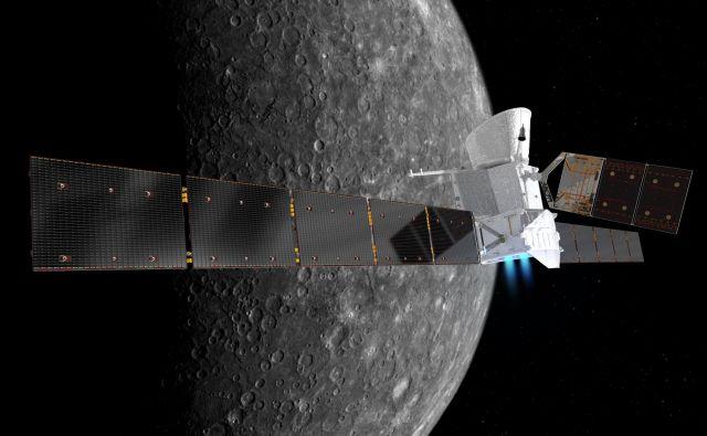Računalniška upodobitev transfernega modula s prižganim ionskim potisnim motorjem in obema orbiterjema na krovu nad površjem Merkurja, ki ga bo dosegel po več kot sedmih letih potovanja. FOTO: Esa/Nasa