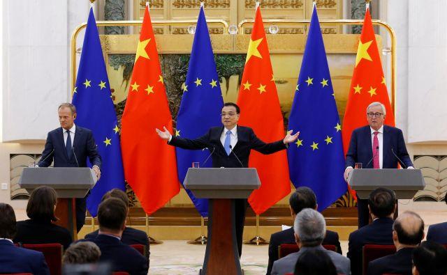 Kitajski premier Li Keqiang (v sredini) bo v Bruslju pozval zbrane, naj se uprejo protekcionizmu. FOTO: Reuters