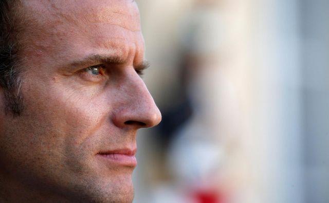 Francoski predsednik Emmanuel Macron želi hoditi po sredini.FOTO: Reuters