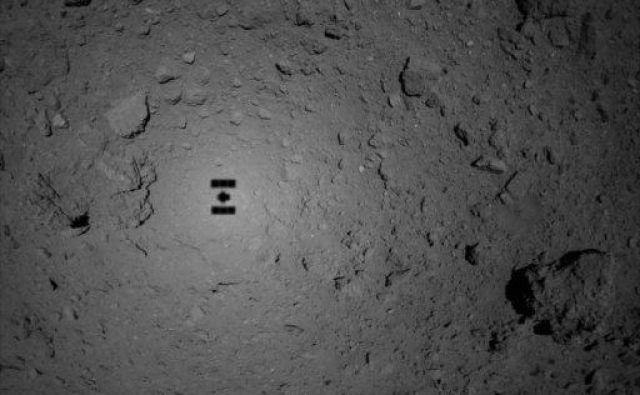 Senca sonde nad asteroidom. FOTO: Jaxa