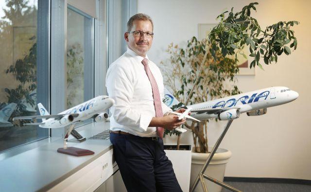 Holger Kowarsch: Zdaj so nepravilnosti v izvedbi naših letov zelo velika težava, za kar se potnikom opravičujemo. Delamo najbolje, da se to ne bo več dogajalo. To je katastrofa tudi za nas, saj smo se morali zelo truditi in plačati veliko denarja. Foto Leon Vidic