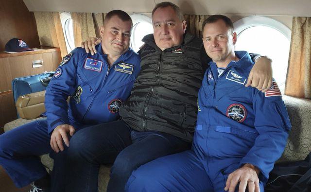 Aleksej Ovčinin (levo), direktor Roscosmosa Dmitrij Rogozin (na sredini) in Nick Hague (desno).FOTO: AP<br />