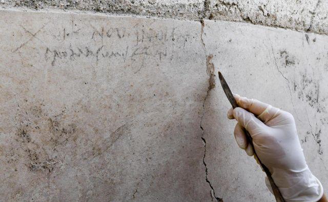 Zapis na steni, ki postavlja na glavo datum, kdaj je izbruhnil vulkan Vezuv. FOTO: Ciro Fusco/ANSA/AP