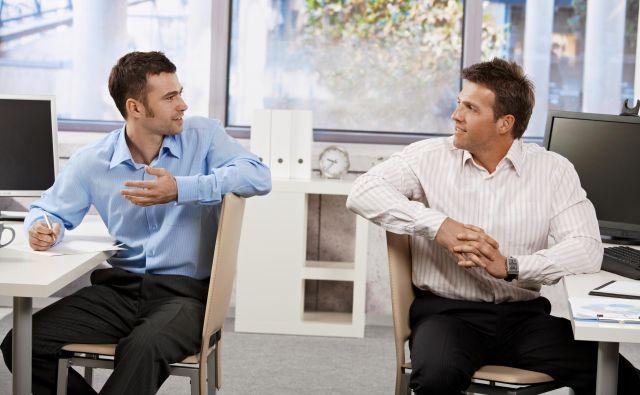 V stiku s sodelavcem je treba upoštevati njegove želje in pripravljenost, da deli z nami svojo trenutno delovno situacijo. Velja načelo: ignoriramo ne, prav tako pa ne vsiljujemo rešitev in pomoči. FOTO: Shutterstock