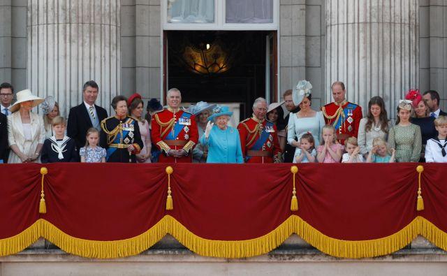 Eden najbolj znamenitih elementov je balkon, kjer se kraljeva družina prikaže vsaj enkrat na leto, ob vsakoletnemu Pozdravu zastavam (Trooping the Colour parade) Foto Peter Nicholls/ Reuters