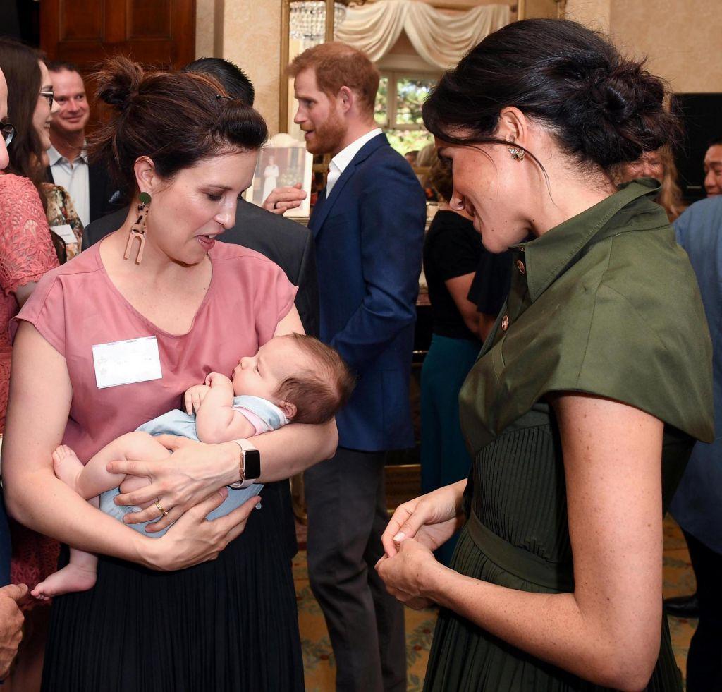 FOTO:Avstralci Harryja in Meghan pričakali z darili za dojenčka (FOTO)