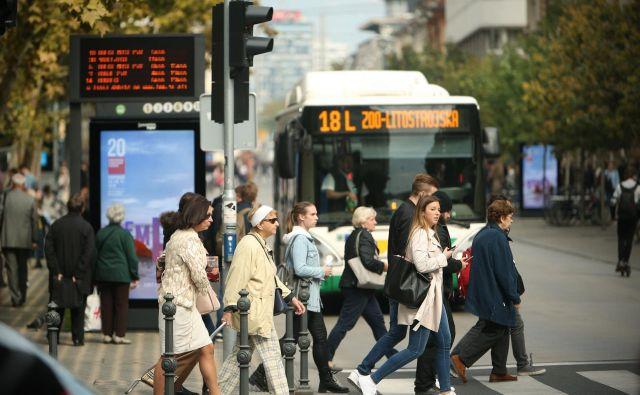 Na Slovenski se križajo poti pešcev, kolesarjev, mestnih zelencev in redkih vozil. FOTO: Jure Eržen/Delo