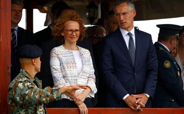Generalni sekretar Nata Jens Stoltenberg in makedonska ministrica za obrambo Radmila Šekerinska. FOTO: Reuters