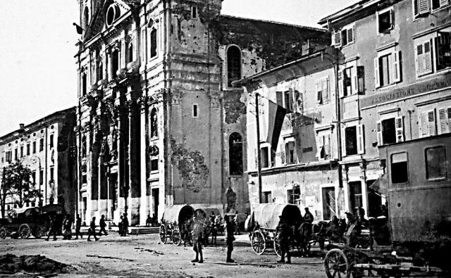 Slovenska trobojnica na eni izmed stavb na goriškem Travniku (oktober–november 1918) FOTO: arhiv