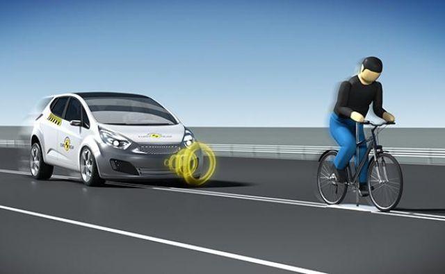 Euro NCAP je po preizkusu zaznavanja pešcev uvedel tudi test prepoznavanja kolesarja, ki vozi po sredini cestišča. FOTO: NCAP