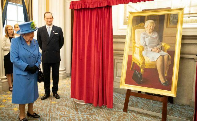 V britanskem kraljevem klubu letalskih sil RAF je britanska kraljica Elizabeta II javnosti predstavila sliko njenega portreta, ki jo je ustvaril umetnik Benjamin Sullivan. Kraljica je obiskala kraljevi klub letalskih sil ob stoletnici njegovega obstoja. Ob tej priložnosti je klub odprl novo krilo in razkril vrsto novih umetniških del, vključno z vitražnim oknom in portretom njenega veličanstva. Foto Heathcliff O'malley Afp
