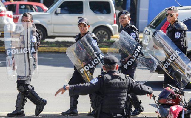 Nikaragovskim oblastem so pri zatiranju protestnikov na pomoč priskočile paramilitarne enote. FOTO: Inti Ocon/AFP